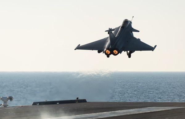 Photo : (c) EMA - Catapultage d'un Rafale M depuis le Charles de Gaulle.