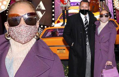 Jennifer Lopez a l'air ultra glamour dans un manteau violet alors qu'elle côtoie son fiancé Alex Rodriguez lors du dévoilement de la fenêtre des fêtes de Saks Fifth Avenue à New York