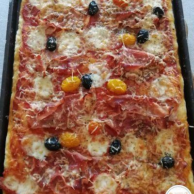 Pizza au jambon et mozzarella