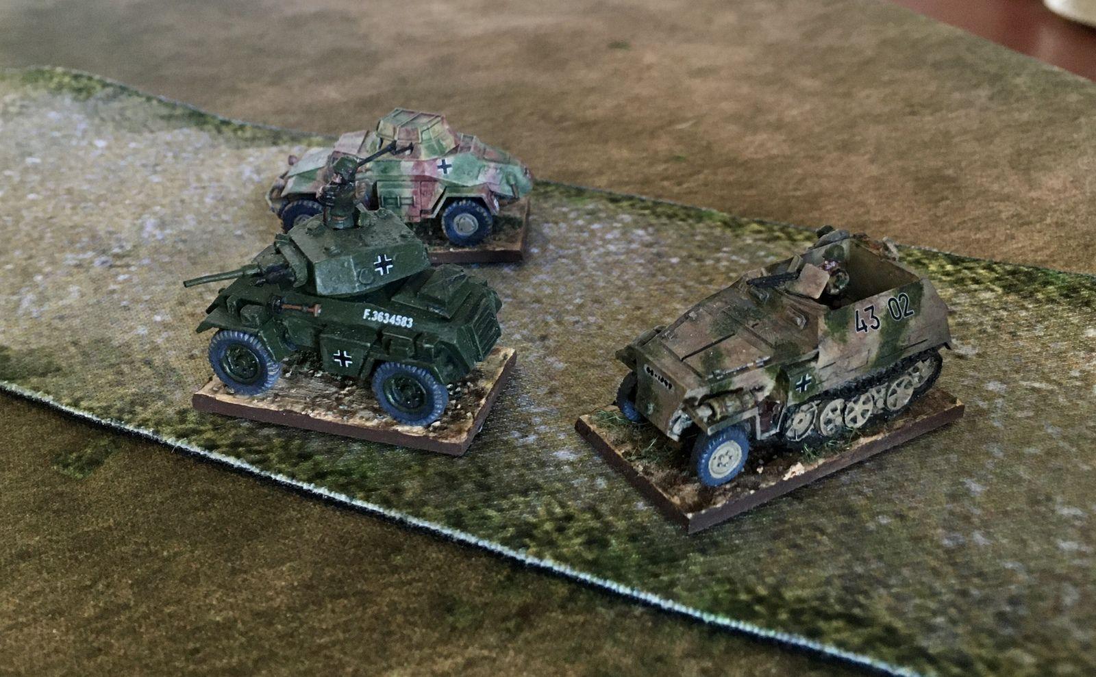 Gräbner dans son Humber de prise, avec un SdKfz 222 et des SdKfz 250 de reconnaissance