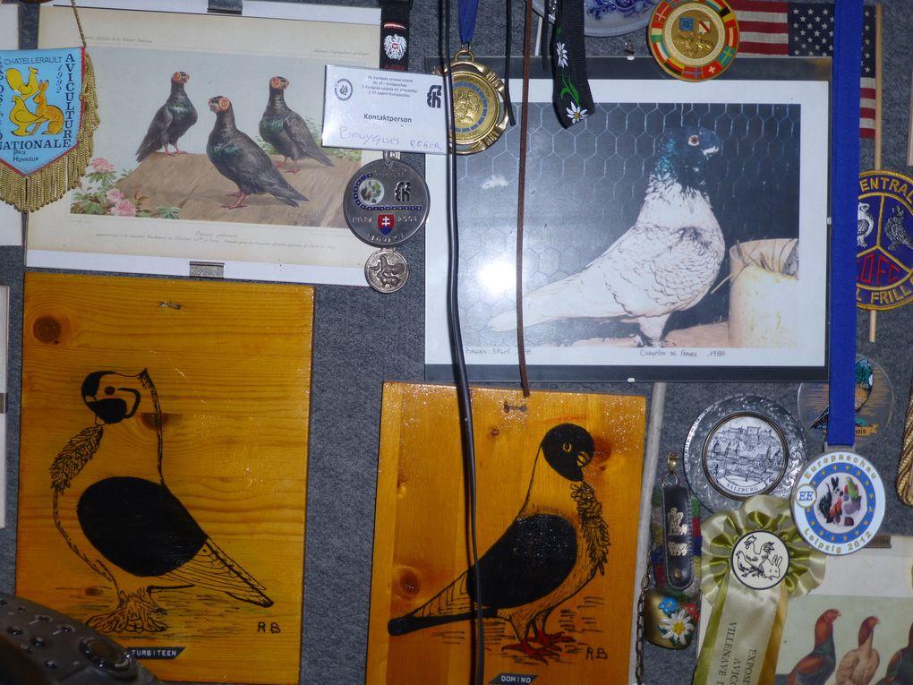 Les trophées et les pigeons gravés dans le bois par Roger