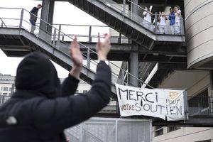 Nantes: Près de 300 manifestants devant le CHU en soutien aux soignants La manifestation avait aussi pour objet de dénoncer la gestion de la crise sanitaire par le gouvernement