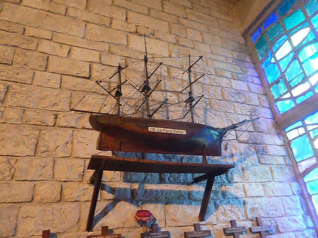 """Eglise bénite en 1966 avant son entrée en """" service """". Ce qui frappe le visiteur ce sont ces petites croix avec les noms des pêcheurs morts en mer. Touchant. Puis ce tableau avec les noms des victimes d'un naufrage dans le port même de La Côtinière, en 1996. Dont trois très jeunes enfants. temps fort de la visite de l'île. Nous déplaçant sur l'ile nous avons découvert un autre clocher dans la commune de Dolus."""