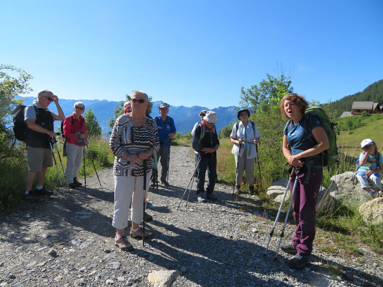 Sur le chemin, Sandrine nous conte l'histoire des Aiguilles de Chabrière. (Photo MF)