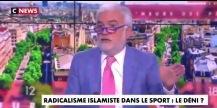 """Les twittos outrés des propos de Pascal Praud sur les musulmans """"qui se douchent en caleçon"""""""
