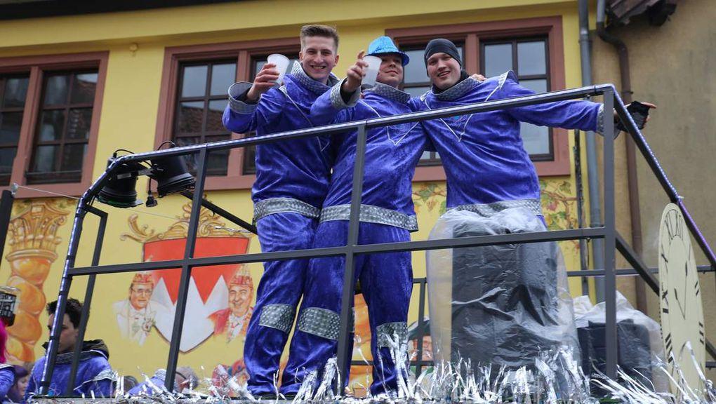 Veitshöchheimer Narren trotzen Regen - Riesengaudi beim 49. Rosenmontagszug im 50. Jubiläumsjahr des VCC