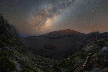 Le Piton de la Fournaise illuminer par la voie lactée
