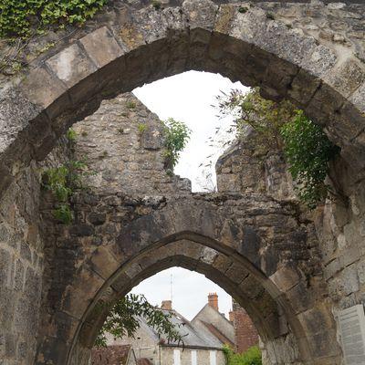 Yèvre-le-Châtel, sa forteresse, ses églises, ses ruelles fleuries...