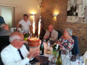 La pièce de croque-en-bouche dont les feux pétillants, illuminent, nos bienheureux mariés... - Le menu fort savoureux. Bravo au chef !...