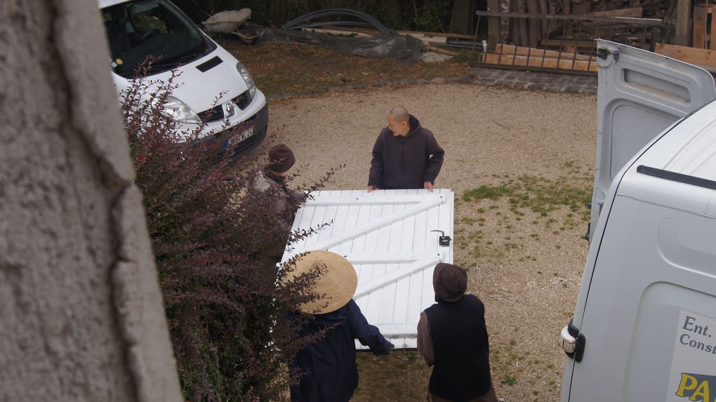 Transport d'une porte qui a été enlevé avec les rénovations