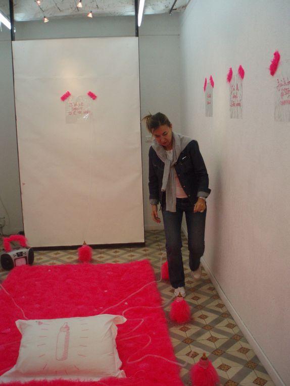 """INSTALLATION. Invitation à plonger dans un univers onirique-ironique pour questionner le """"rose"""". La couleur supporte un propos plastique féminin et les mots pour le dire organisent une mise en scène d'objets."""