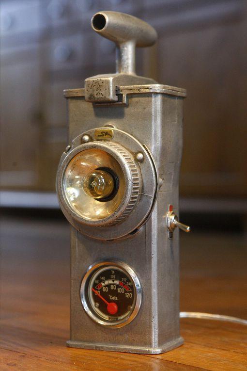 Souvent utilisée par la SNCF, entre autres, dans les années 50, ces petites lampes portatives étaient dotées d'une batterie ou d'une grosse pile. Je les répare, je les transforme, je les électrifie en 220 volts pour en faire de sympathiques pet