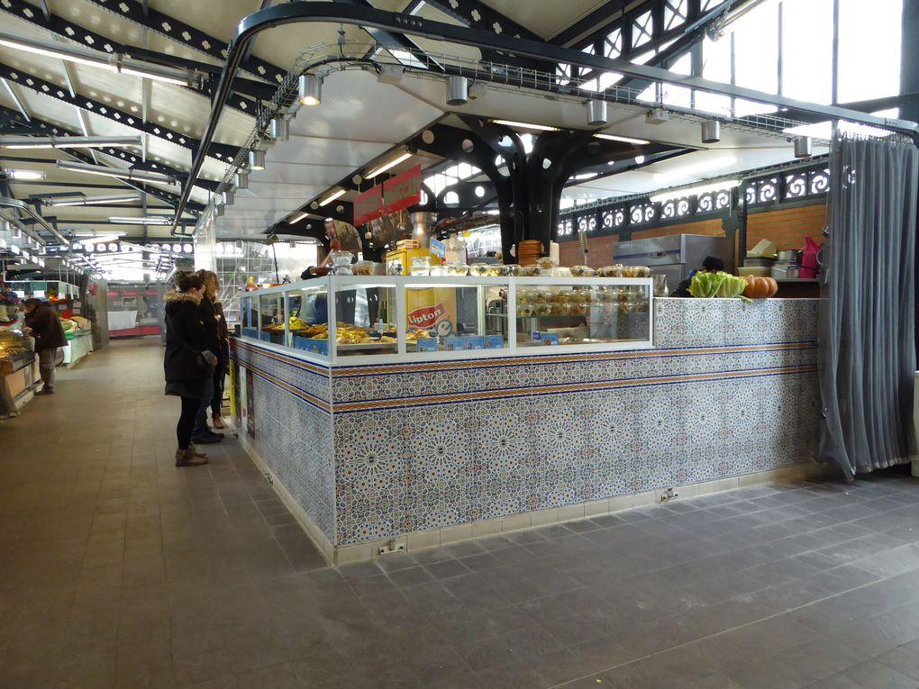 Petit crochet dans la rue de l'Olive et son célèbre marché de la Chapelle, inscrit aux Monuments Historiques depuis 1982, il était tard, peu de marchands étaient encore ouverts.