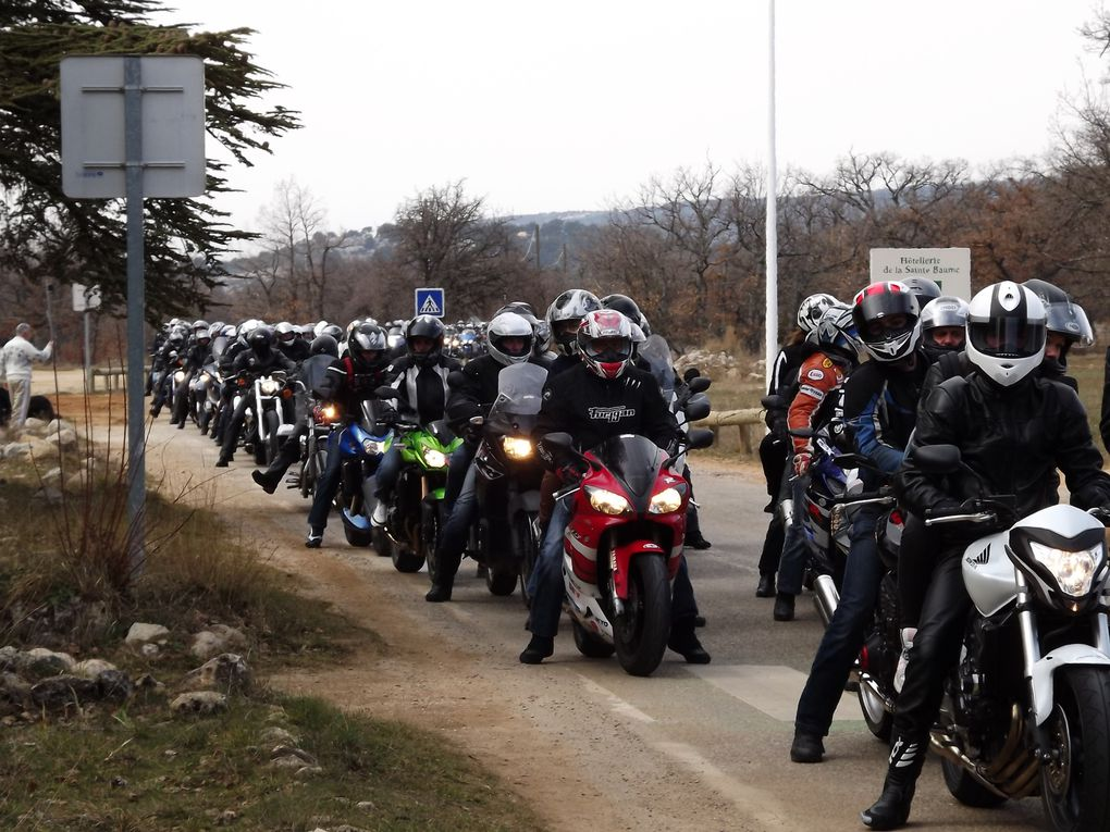 Le premier samedi du mois de mars, les AMOUREUX DE LA MOTO se réunissent autour d'un office religieux, croyants ou non, toutes les motos et leur pilote sont bénis par un prêtre lui aussi motard. Niky a passé la journée au milieu d'eux ne craign