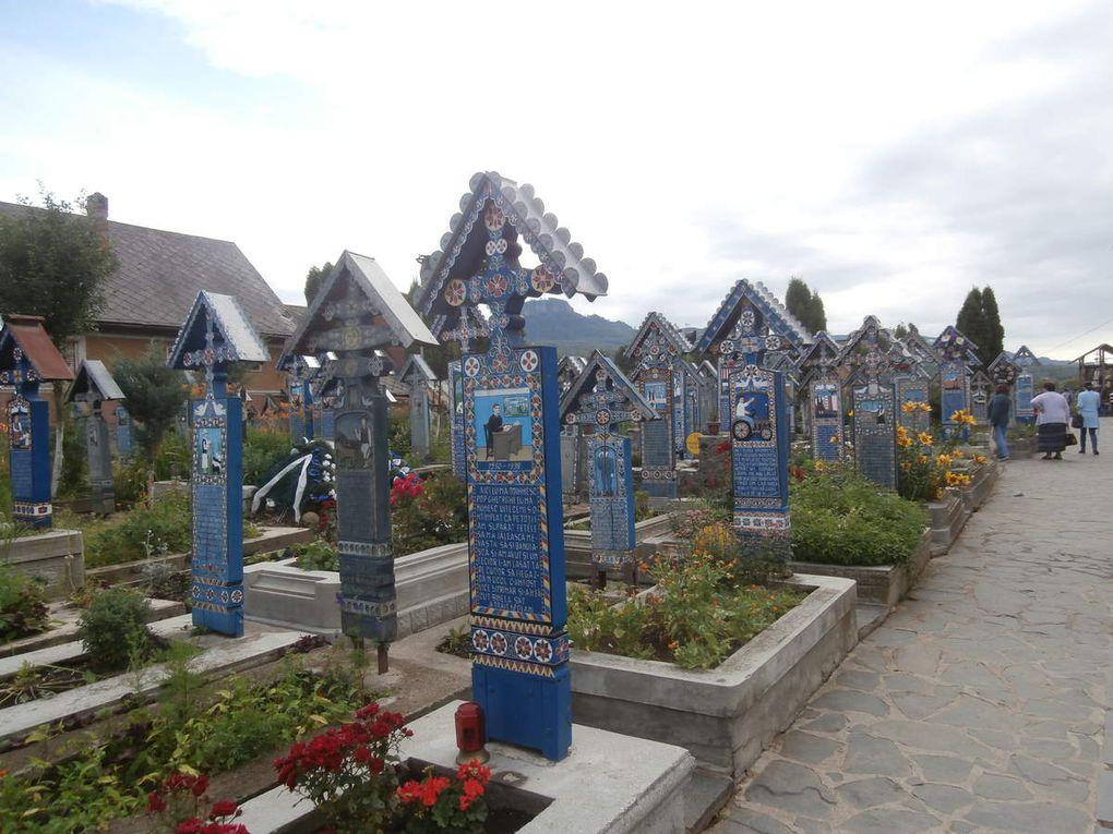 """le musée de la pensée arrêtée et centre international d 'études sur le totalitarisme ....ça fait froid dans le dos..(.la NSA et GUANTANAMO aussi.....).....des vies,des savoirs et des oeuvres détruits à jamais...en vert le cimetière des pauvres ...en bleu le cimetière beaucoup plus gai et dit """"joyeux"""" de Sapanta, un artisan local a eu l'idée de raconter la vie des defunts, c est de l art et très original, derrière le tracteur qui laboure ce sont des cigognes..."""