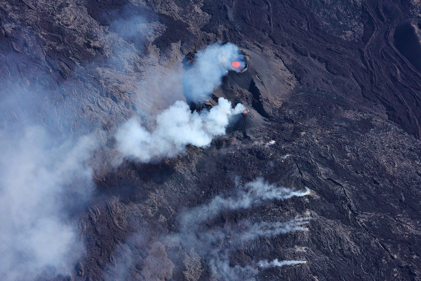 Piton de La Fournaise - the 2 active cones and degassing on the lava tunnel flows - photo OVPF 04.05.2021 / 09h loc - 05h UT