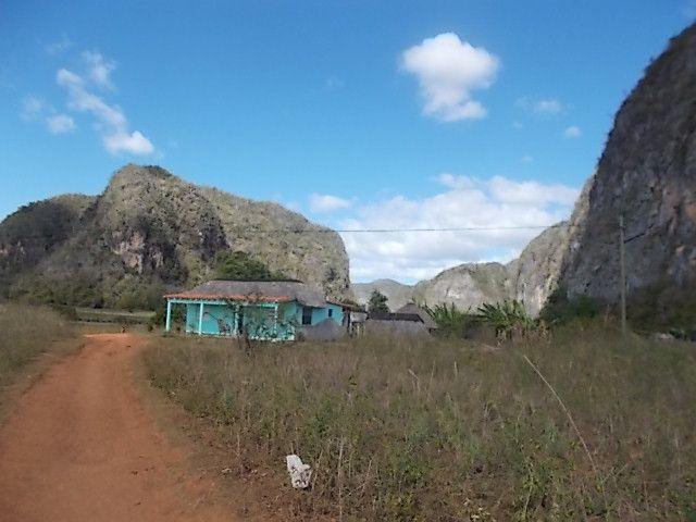 malanga, Marisol et son neveu, sa maison , la peinture folle de Fidel pour faire venir le tourisme  executee par un eleve de Diego Riveira, il y a de vraie peintures rupestre, le coin fourmille de grottes