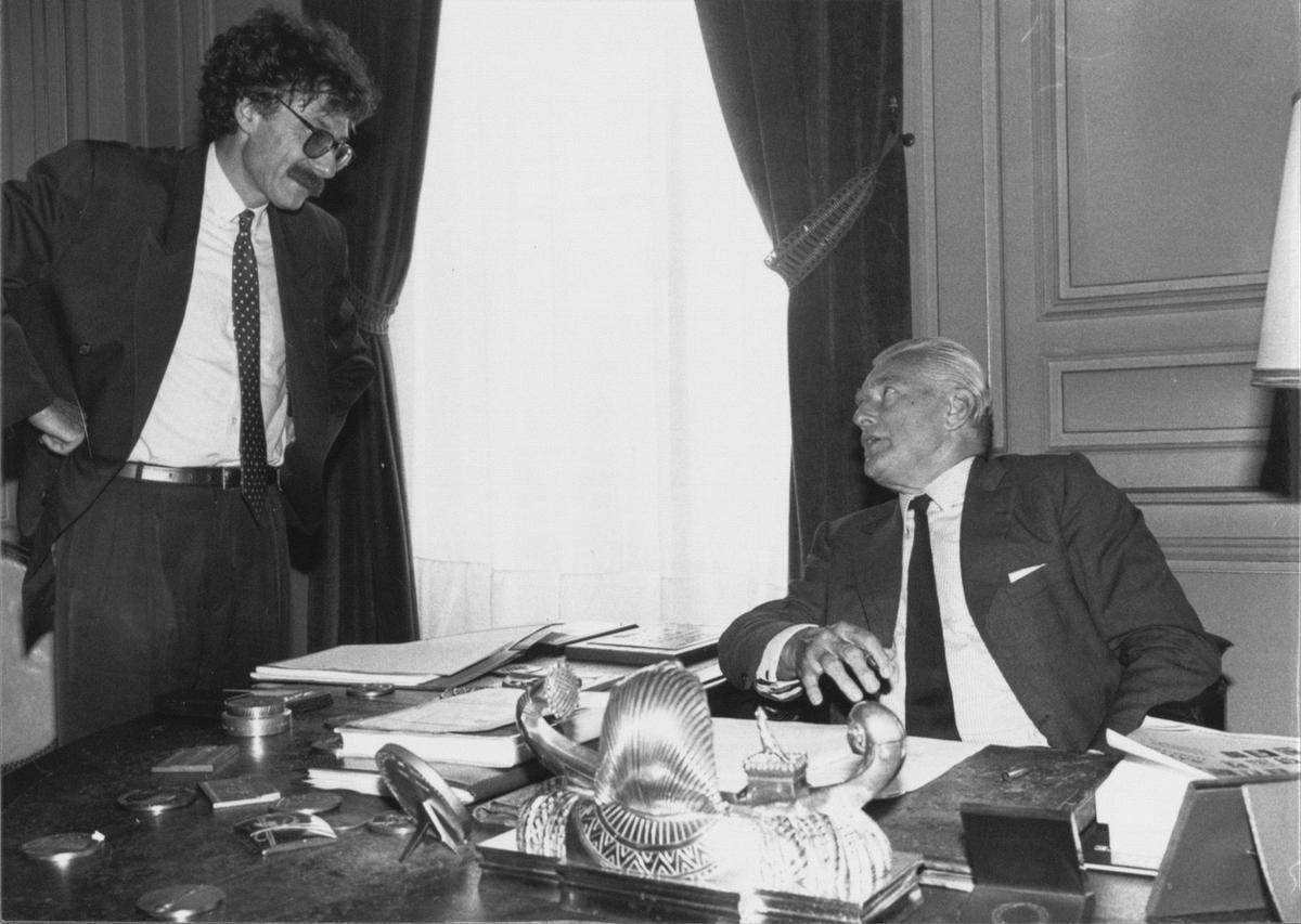 """Joël Aubert, directeur de la rédaction du Journal """"Sud Ouest"""" discute avec le maire de Bordeaux Jacques Chaban Delmas, le 7 septembre 1992 à l'hôtel de ville. Crédit photo : Archives Sud Ouest"""