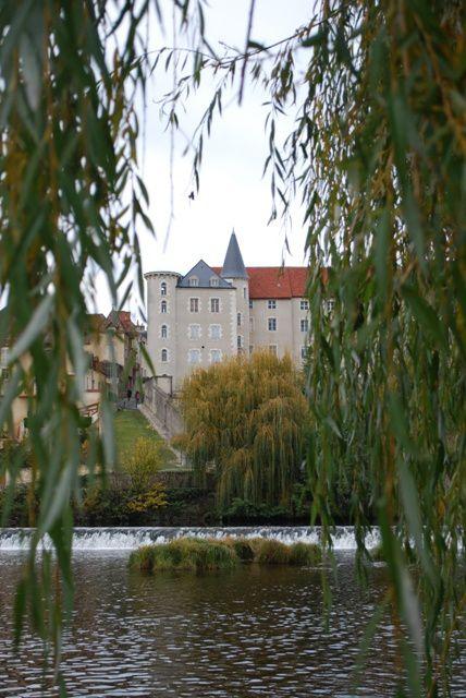 En suivant les rives de la Creuse à Saint-Gaultier c'est toute la richesse patrimoniale de cette petite ville que nous pouvons contempler.