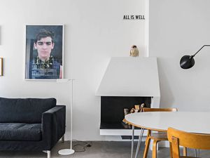 Un appartement avec grande bibliothèque