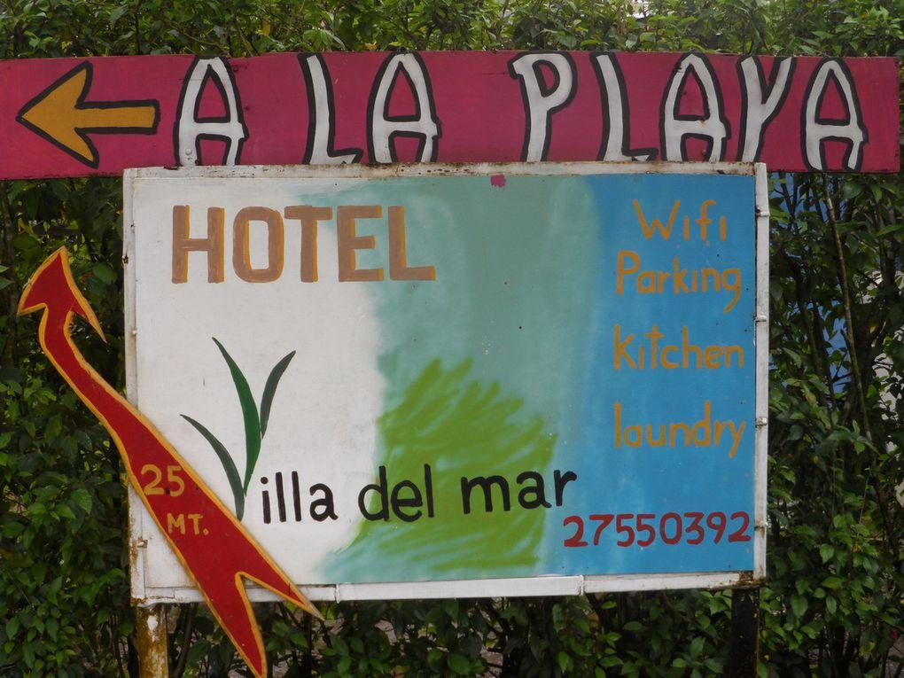 Fleurs, décors et pancartes du Costa Rica.
