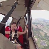 VIDEO. Une fillette de 4 ans ivre de joie pendant son premier vol acrobatique