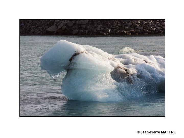 Dans la lagune glaciaire de Jökulsárlón les icebergs qui descendent des glaciers tombent dans un lac dans lequel on peut admirer leurs formes et leurs déplacements.