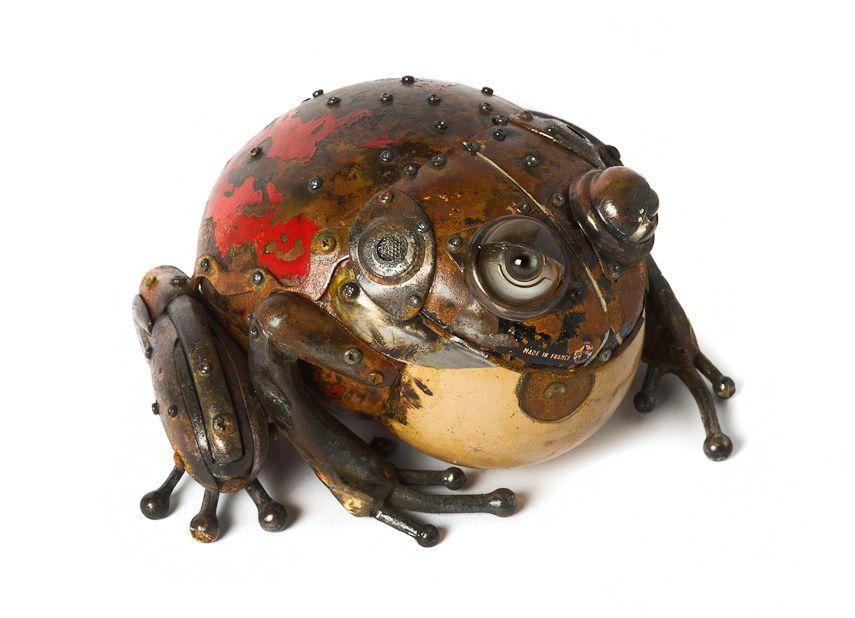 Présentation d'artistes créant des oeuvres à partir d'anciens objets et matériau de récupération.