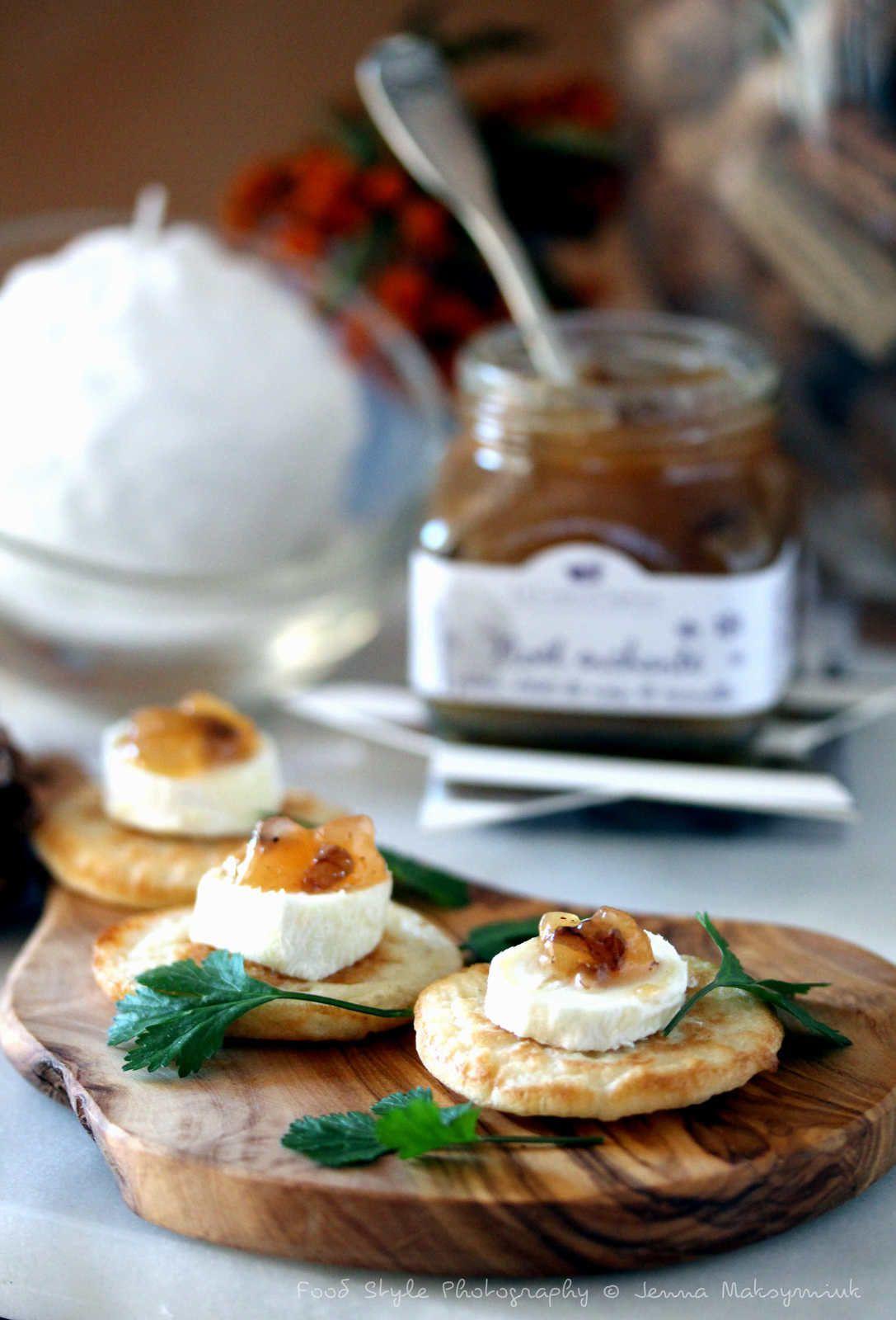 Mini blinis aux bouchons du Quercy  et confiture de poire cannelle et éclats de noix
