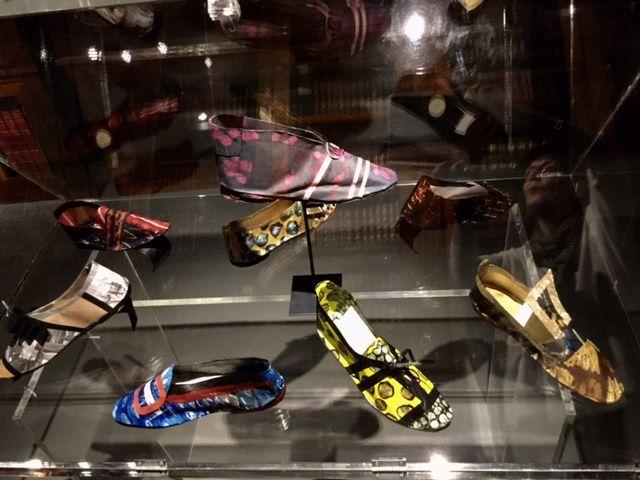 Manteau et chaussures en papiers.Papiers réalisés par Jean-Charles Legros ainsi que le gaufrage du papier manteau. Conception et réalisation des chaussures et du manteau Mireille Laborie.
