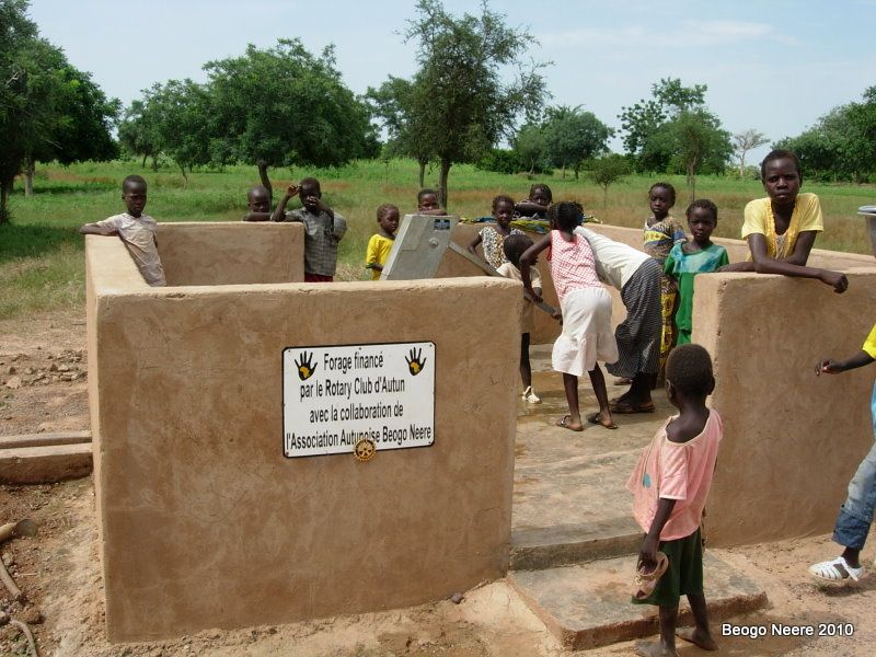 Trois membres du Rotary Club d'Autun qui a financé le creusement d'un puits à Behm ont rejoint Jean-Louis lors de son séjour de septembre 2010. Karim et Jean-Louis les ont conduits à la rencontre des Burbinabés et des actions menées par Béogo