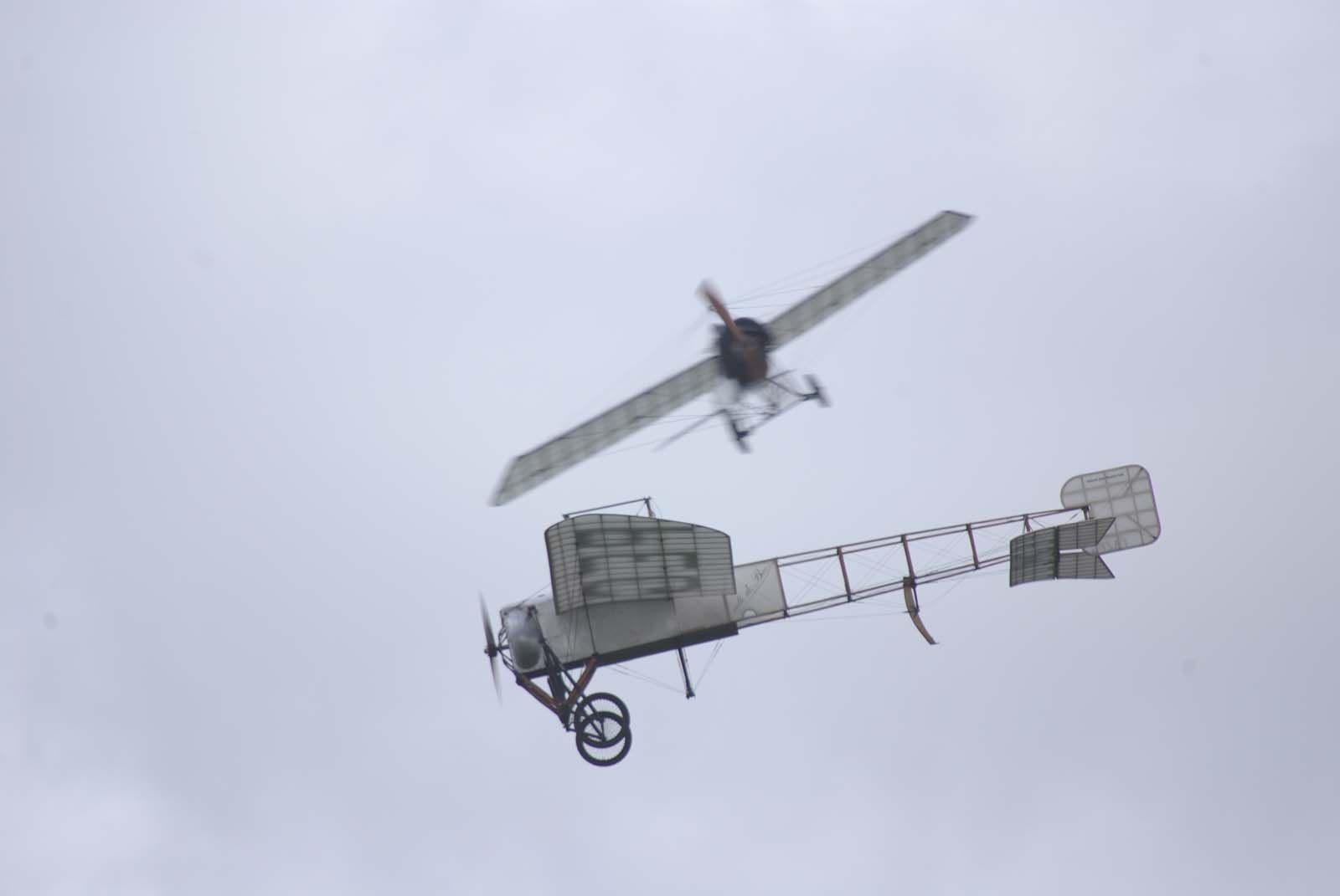 Le Blériot XI-2 croise le Morane H au début des démonstrations.
