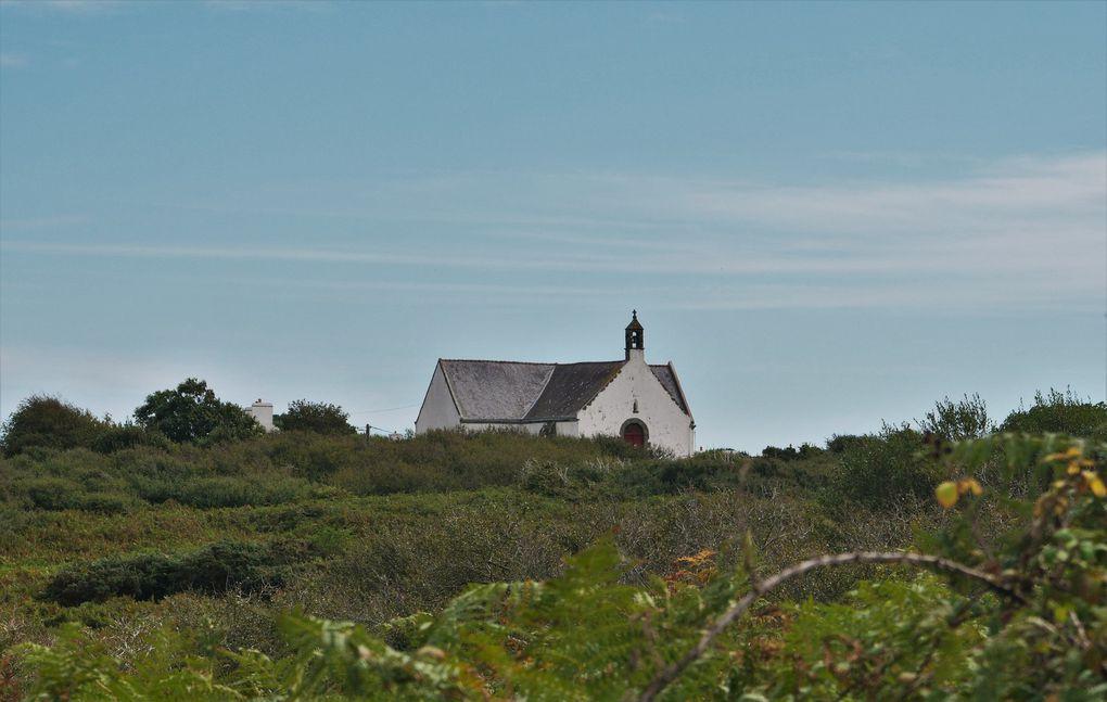 L'intérieur de Groix ne manque pas de sel: le coq, en haut du clocher, a été remplacé par un thon, on en a pêché des milliers chaque année jusqu'en 1935; sur la place de l'église,, 177 noms figurent sur le monument aux morts de 14-18 - chiffre énorme pour une île de 8 km ! Si vous êtes fatigué d'avoir marché, n'hésitez pas à lever le pouce, les Groisillons - gens charmants - vous prennent en voiture.
