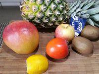 1 - Eplucher les fruits. A l'aide d'un vide-pommes prélever des tubes dans tous les fruits. Les couper tous à a même longueur. Dans une assiette à dessert réaliser des cercles successifs avec les différents coulis de fruits et confiture de lait. A l'aide d'une fourchette étirer les liquides vers les bords de l'assiette pour réaliser des dessins.
