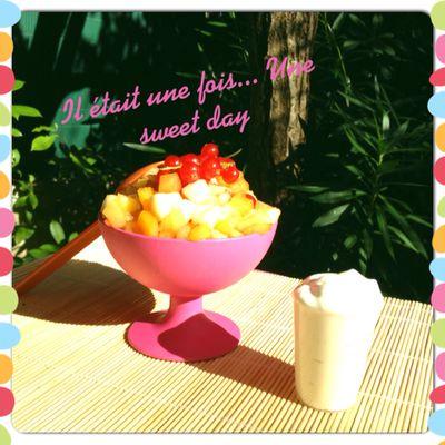 Salade de fruits au sirop...jolie, jolie!! : ) et sa petite crème fouettée