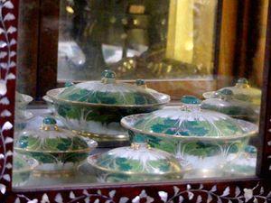 Les mobiliers et porcelaines au Wat Khao Sukim – Faut le voir chez soi (21-02)