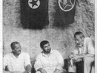 Les membres de la délégation découvrent qu'ils sont assis sous les drapeaux du PKK et de l'ERNK. A la droite de Fethullah Erbas (barbe noire) on reconnaît Akın Birdal, président de la Ligue des droits de l'Homme (IHD). De gauche à droite, photos Hürriyet, Sabah et Yeni Yüzyıl.