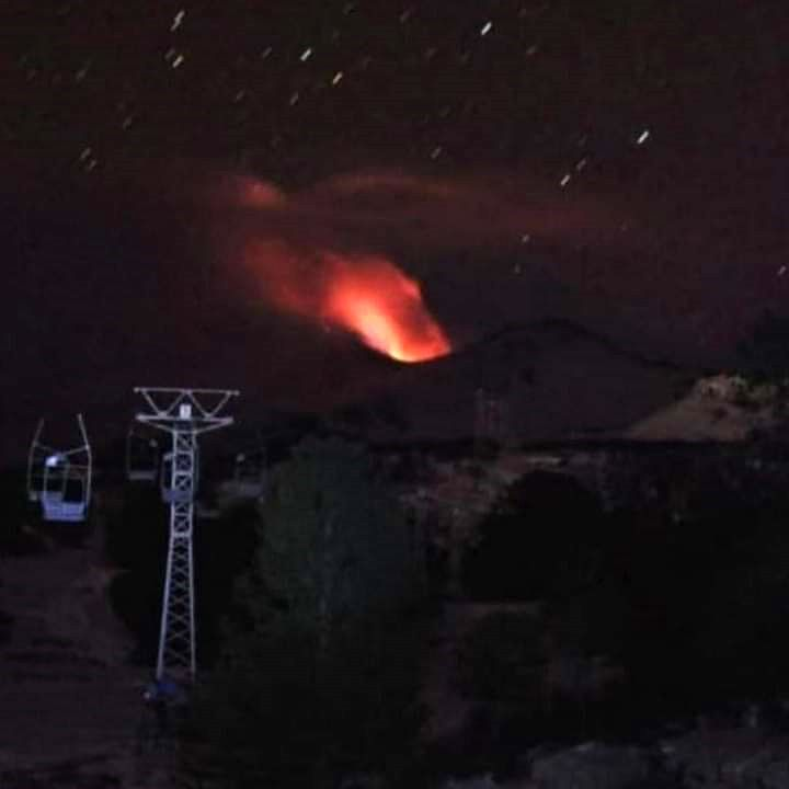 Copahue - incandescence nocturne le 09.08.2021 - photo via Emergencias Chile