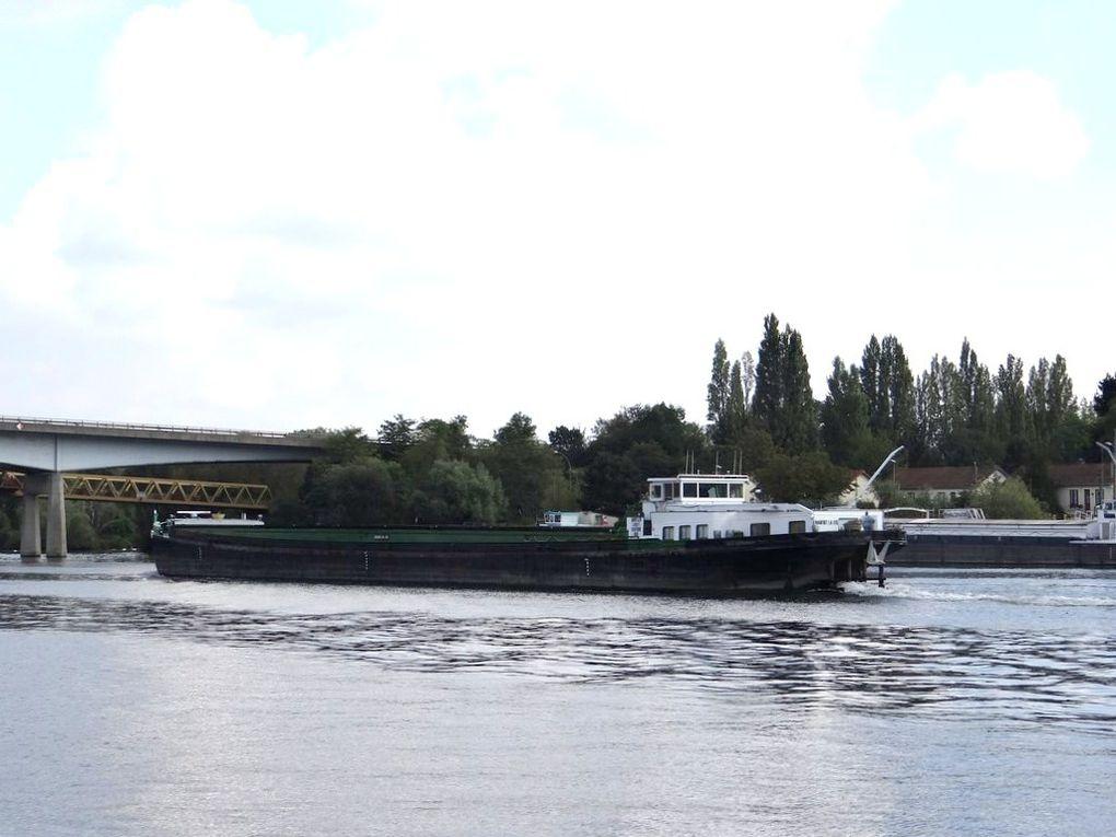 MARFRET LA LYS , péniche remontant la Seine au passage de Conflans Sainte Honorine
