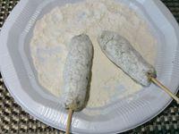 3 - Passer à l'huile de grandes piques en bois. Rouler la préparation au poulet pour former des boudins. Les enfiler sur les brochettes et les passer dans la farine. Les faire cuire et dorer à la poêle dans un fond d'huile d'olive sur tous les côtés pendant 5 à 10 mn suivant épaisseur. Placer les brochettes sur du papier absorbant pour retirer l'excédent d'huile. Maintenir au chaud.