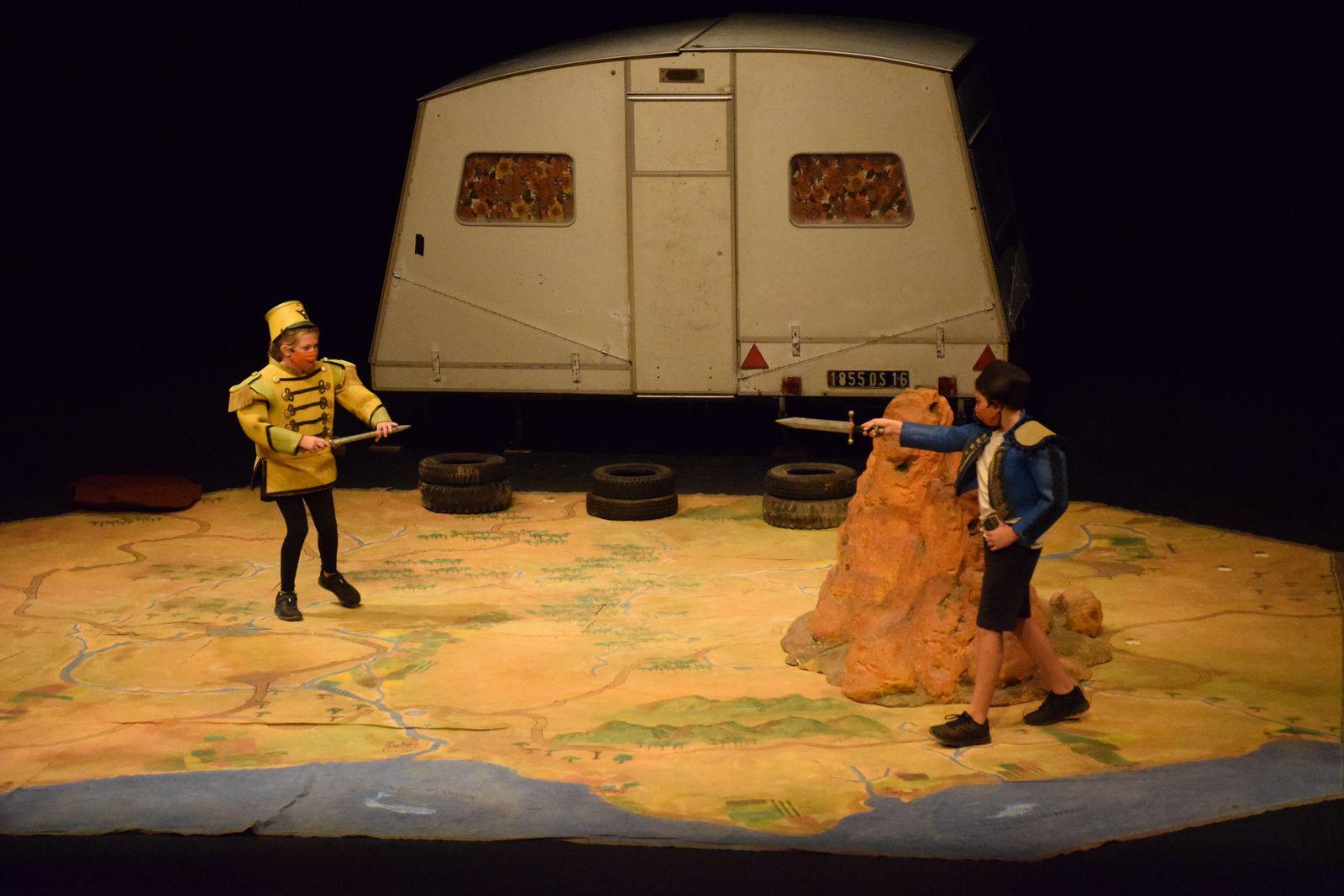 Deux de nos jeunes sur la scène du théâtre des Salins !