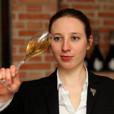 Meilleur jeune sommelier de France, Charlotte Guyot craque pour un vin de liqueur de 1976 !