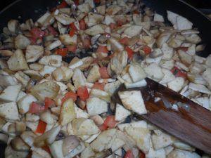 3 - Faire revenir l'ail et l'échalote dans une poêle avec de l'huile d'olive (10 cl environ) jusqu'à ce que les échalotes soient translucides. Rajouter les champignons et les faire revenir un moment (ils doivent rester fermes), puis les dés de tomates et enfin l'aubergine. Laisser cuire sur feu moyen jusqu'à ce que l'aubergine soit fondante. Rajouter le riz cuit, bien remuer, saler, poivrer et finir par le persil plat ciselé.