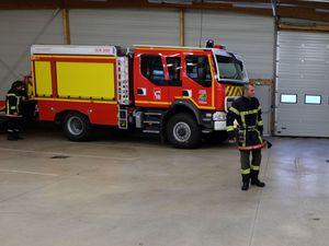 Les sapeurs pompiers montent dans les véhicules d'intervention.
