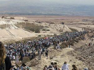 DES MILLIERS DE FEMMES ISRAELIENNES ET PALESTINIENNES MARCHENT POUR LA PAIX