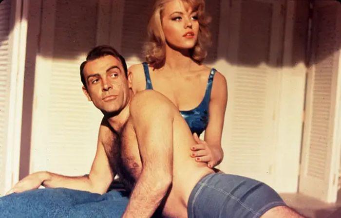 Sean Connery et Margaret Nolan dans Goldfinger. - Snap/REX/Shutterstock/SIPA