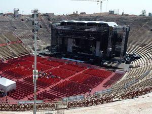 L'amphithéâtre et la vue sur la scène installée en bas des gradins