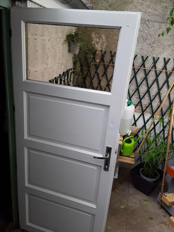 La cour métamorphosée avec différentes décoration (fait main) en branches de saule et éléments naturels. La porte est rénovée et ferme bien.