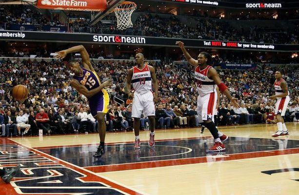 Les Lakers s'imposent dans la douleur à Washington