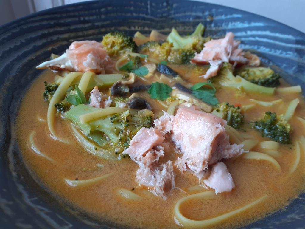 Tagliatelles aux brocolis, champignons et bouillon curry-coco